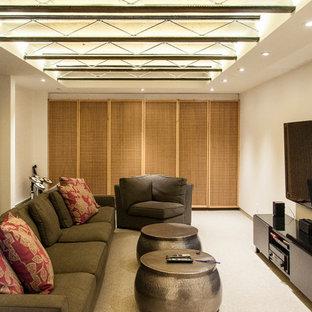 Modelo de sala de estar cerrada, de estilo zen, de tamaño medio, con paredes blancas, moqueta y televisor colgado en la pared