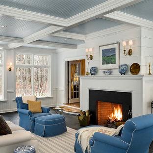 Diseño de sala de estar tradicional con paredes blancas