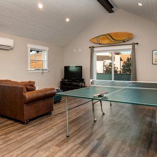 Ispirazione per un soggiorno moderno di medie dimensioni con sala giochi, pareti grigie, pavimento in vinile, TV autoportante, pavimento grigio e soffitto in perlinato