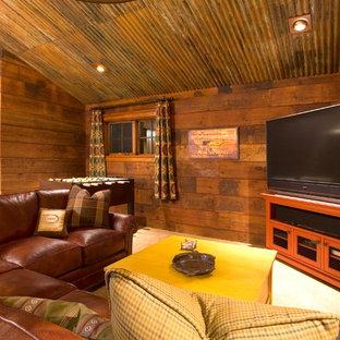 ポートランドのラスティックスタイルのおしゃれなファミリールーム (茶色い壁、カーペット敷き、据え置き型テレビ) の写真