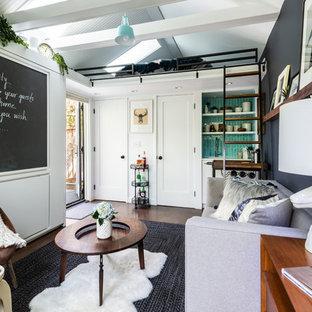 Esempio di un piccolo soggiorno contemporaneo chiuso con pareti bianche, pavimento in sughero, nessuna TV, pavimento marrone e angolo bar