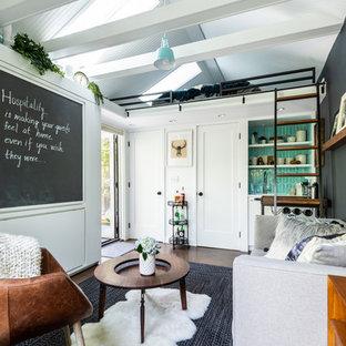 シアトルの小さいコンテンポラリースタイルのおしゃれなファミリールーム (白い壁、コルクフローリング、茶色い床) の写真