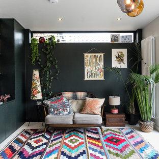 ロンドンの中サイズのエクレクティックスタイルのおしゃれなファミリールーム (白い床、コンクリートの床) の写真