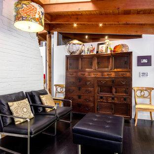 シアトルの小さいコンテンポラリースタイルのおしゃれなファミリールーム (白い壁、濃色無垢フローリング、標準型暖炉、黒い床、レンガの暖炉まわり) の写真