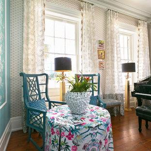 チャールストンのヴィクトリアン調のおしゃれな独立型ファミリールーム (ミュージックルーム、マルチカラーの壁、無垢フローリング、茶色い床) の写真