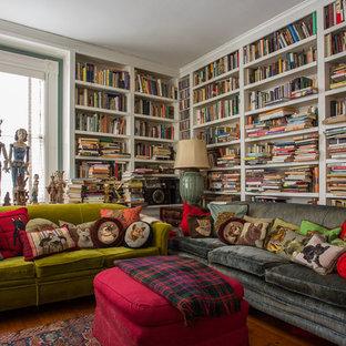 Ispirazione per un soggiorno boho chic con libreria e pavimento in legno massello medio