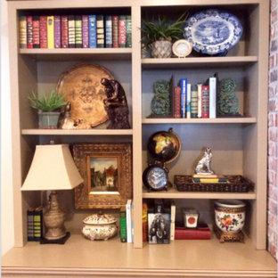 Ispirazione per un soggiorno chic di medie dimensioni e chiuso con pareti beige e TV autoportante