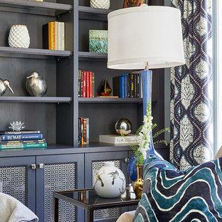 Immagine di un soggiorno tradizionale di medie dimensioni e chiuso con pareti blu, parquet scuro, TV a parete e pavimento marrone