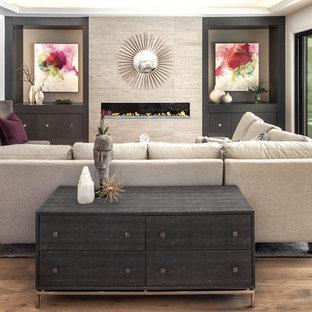 Diseño de sala de estar abierta, tradicional renovada, extra grande, con paredes blancas, suelo de madera en tonos medios, chimenea lineal y marco de chimenea de baldosas y/o azulejos
