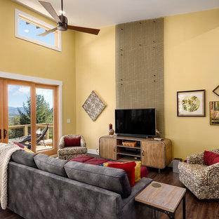 Idee per un soggiorno rustico aperto con pareti gialle, parquet scuro, nessun camino, TV autoportante e pavimento marrone