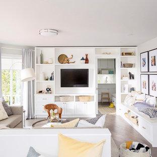 Modelo de sala de estar marinera, grande, sin chimenea, con suelo de madera oscura, pared multimedia, suelo marrón y paredes blancas
