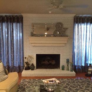 ダラスの中サイズのコンテンポラリースタイルのおしゃれなファミリールーム (ホームバー、ベージュの壁、無垢フローリング、標準型暖炉、レンガの暖炉まわり) の写真
