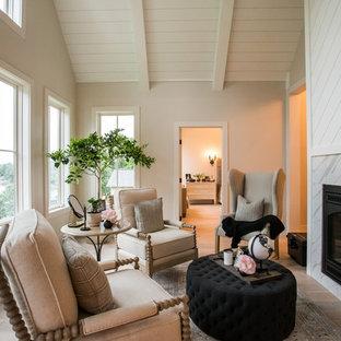 Foto de sala de estar de estilo de casa de campo con paredes beige, suelo de madera en tonos medios, chimenea tradicional, marco de chimenea de baldosas y/o azulejos y suelo marrón