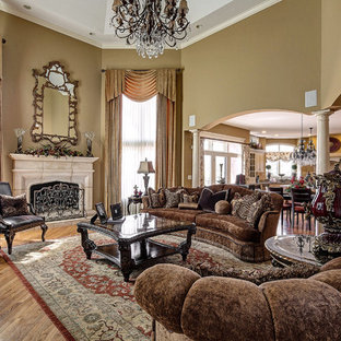 Family Room Traditional Idea In Chicago