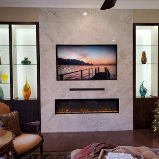 Großes Modernes Wohnzimmer mit Gaskamin, Kaminumrandung aus Stein, Multimediawand und Holzwänden in Dallas