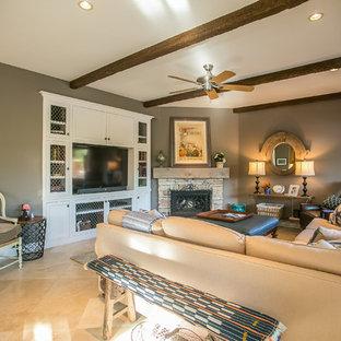 ニューヨークの小さいトラディショナルスタイルのおしゃれなファミリールーム (茶色い壁、トラバーチンの床、コーナー設置型暖炉、石材の暖炉まわり、埋込式メディアウォール) の写真