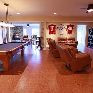 Foto di un grande soggiorno stile rurale aperto con sala giochi, pareti beige, pavimento in linoleum, camino ad angolo e cornice del camino in pietra