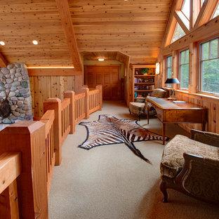 Ispirazione per un soggiorno stile rurale di medie dimensioni e stile loft con pareti marroni, moquette, nessun camino, nessuna TV e pavimento beige