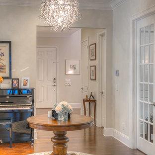 Diseño de sala de estar con rincón musical abierta, tradicional renovada, pequeña, sin chimenea y televisor, con paredes beige, suelo de madera en tonos medios y suelo marrón