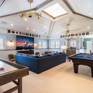 Esempio di un soggiorno tropicale con sala giochi, pareti blu, moquette, TV a parete e pavimento beige