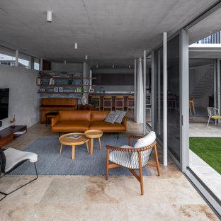 Esempio di un piccolo soggiorno moderno aperto con pareti grigie, pavimento in travertino, TV a parete e pavimento rosa