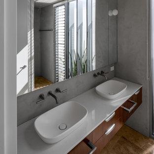 Esempio di un piccolo soggiorno minimalista aperto con pareti grigie, pavimento in travertino, TV a parete e pavimento rosa
