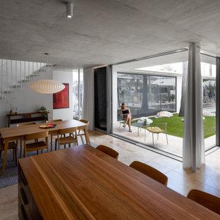 Idee per un piccolo soggiorno moderno aperto con pareti grigie, pavimento in travertino, TV a parete e pavimento rosa