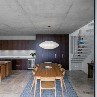 Idee per un piccolo soggiorno minimalista aperto con pareti grigie, pavimento in travertino, TV a parete e pavimento rosa