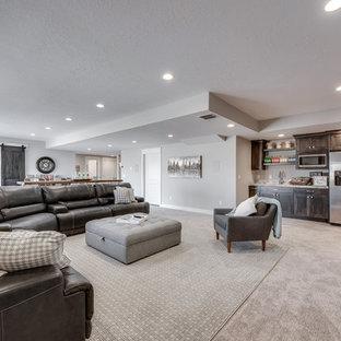 Ispirazione per un grande soggiorno tradizionale aperto con angolo bar, pareti grigie, pavimento in laminato, nessun camino, TV a parete e pavimento grigio