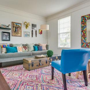 Imagen de sala de estar cerrada, ecléctica, de tamaño medio, con paredes blancas y suelo de madera en tonos medios