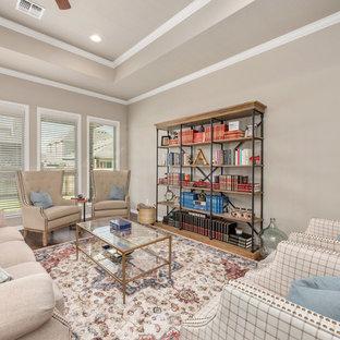 Idee per un grande soggiorno american style aperto con pareti beige, pavimento in laminato, nessun camino, nessuna TV e pavimento marrone