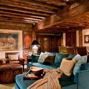 Ispirazione per un soggiorno stile rurale chiuso con pareti beige e pavimento in mattoni