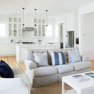 チャールストンの中サイズのカントリー風おしゃれな独立型ファミリールーム (白い壁、淡色無垢フローリング、標準型暖炉、レンガの暖炉まわり、据え置き型テレビ、ベージュの床) の写真