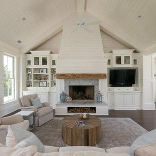 Ejemplo de sala de estar marinera con paredes blancas, suelo de madera oscura, chimenea tradicional y pared multimedia