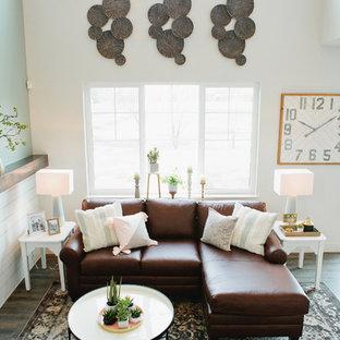 Idee per un piccolo soggiorno stile americano stile loft con pareti grigie, pavimento in laminato, camino classico, TV a parete e pavimento grigio