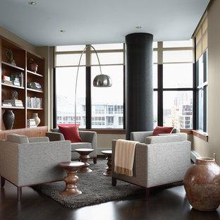 Offene, Fernseherlose Moderne Bibliothek ohne Kamin mit beiger Wandfarbe, dunklem Holzboden und braunem Boden in Minneapolis