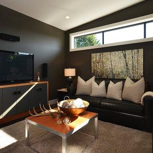 Modernes Wohnzimmer mit schwarzer Wandfarbe und freistehendem TV in Vancouver