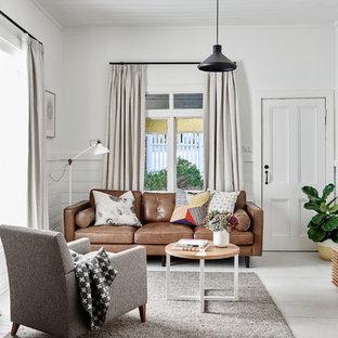 Minimalistisk inredning av ett allrum, med vita väggar, målat trägolv, en väggmonterad TV och vitt golv