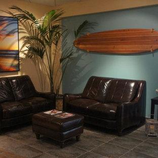 ロサンゼルスの広いビーチスタイルのおしゃれな独立型ファミリールーム (青い壁、セラミックタイルの床) の写真