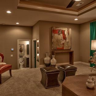 Foto de sala de estar cerrada, tradicional renovada, de tamaño medio, sin chimenea y televisor, con paredes rojas, moqueta y suelo beige
