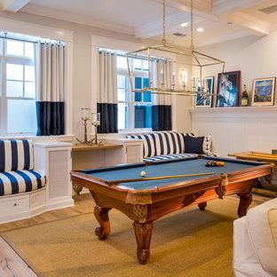 Diseño de sala de juegos en casa abierta, marinera, grande, sin chimenea y televisor, con paredes grises, suelo de madera clara y suelo marrón