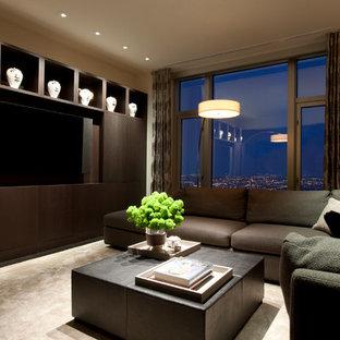 Foto de sala de estar contemporánea con paredes beige, moqueta y pared multimedia