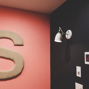 Ispirazione per un soggiorno stile marino di medie dimensioni e aperto con angolo bar, pareti bianche, pavimento in gres porcellanato, camino classico, cornice del camino in pietra, TV a parete e pavimento marrone