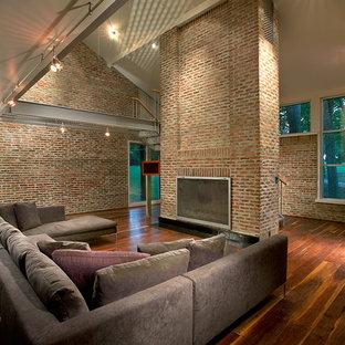 他の地域のコンテンポラリースタイルのおしゃれなオープンリビング (ベージュの壁、濃色無垢フローリング、標準型暖炉、レンガの暖炉まわり) の写真