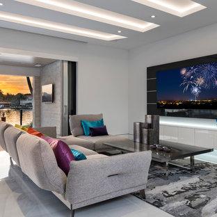 Mittelgroßes, Offenes Modernes Wohnzimmer ohne Kamin mit weißer Wandfarbe, Wand-TV und grauem Boden in Miami