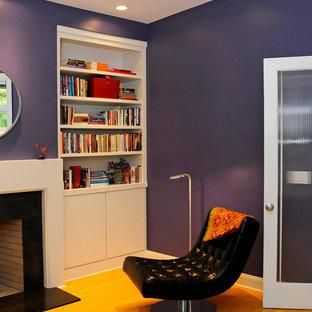 Inspiration för ett funkis allrum, med ett bibliotek, lila väggar, ljust trägolv, en standard öppen spis och en spiselkrans i sten