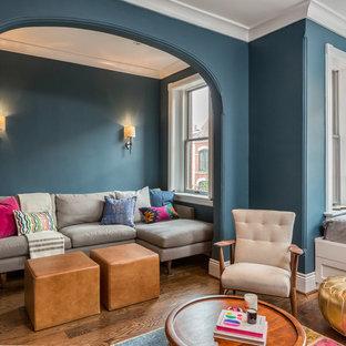 ワシントンD.C.のエクレクティックスタイルのおしゃれなファミリールーム (青い壁、濃色無垢フローリング) の写真