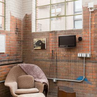 デンバーのインダストリアルスタイルのおしゃれなファミリールーム (マルチカラーの壁、コンクリートの床、壁掛け型テレビ) の写真