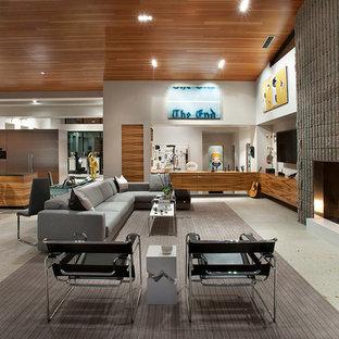 Diseño de sala de estar abierta, contemporánea, extra grande, con paredes blancas, chimenea tradicional, marco de chimenea de piedra y televisor colgado en la pared