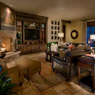デンバーの中くらいのトラディショナルスタイルのおしゃれなオープンリビング (ベージュの壁、トラバーチンの床、コーナー設置型暖炉、石材の暖炉まわり、埋込式メディアウォール) の写真
